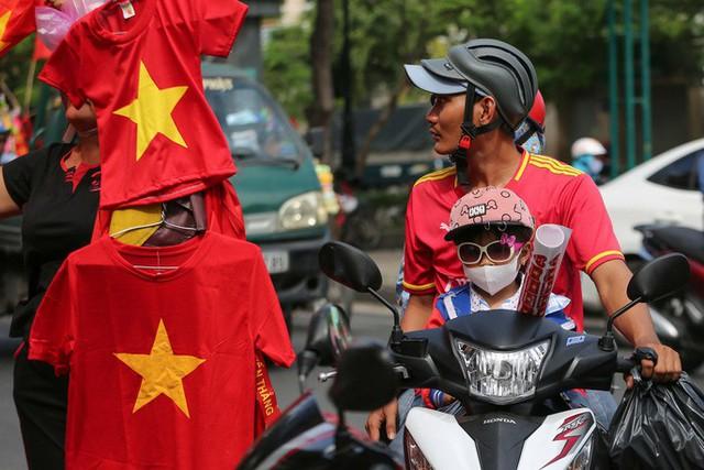Người TP HCM nườm nượp mua sẵn cờ, áo đỏ cổ vũ tuyển Việt Nam - Ảnh 5.