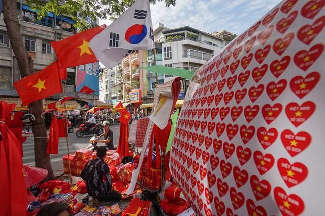 Người TP HCM nườm nượp mua sẵn cờ, áo đỏ cổ vũ tuyển Việt Nam - Ảnh 7.
