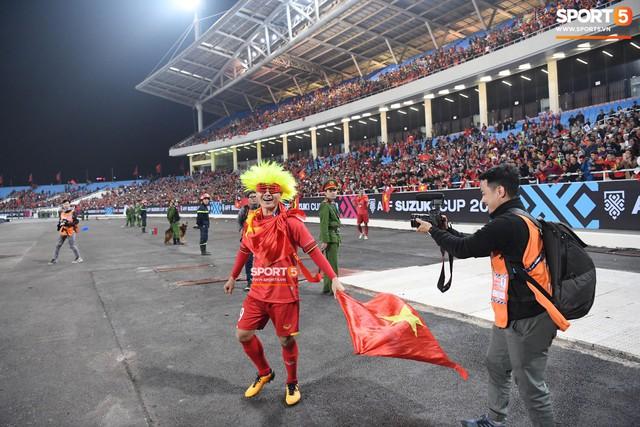 Quang Hải đội tóc giả màu nõn chuối, đi tung tăng khắp sân, xứng đáng là màn ăn mừng cute nhất sau trận chung kết - Ảnh 1.