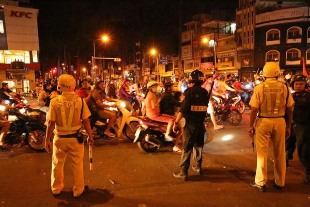 CSGT xử lý gần 150 người đi bão ở Sài Gòn sau chiến thắng của đội Việt Nam - Ảnh 2.