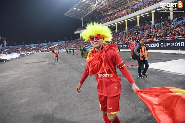 Quang Hải đội tóc giả màu nõn chuối, đi tung tăng khắp sân, xứng đáng là màn ăn mừng cute nhất sau trận chung kết - Ảnh 3.