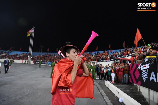Quang Hải đội tóc giả màu nõn chuối, đi tung tăng khắp sân, xứng đáng là màn ăn mừng cute nhất sau trận chung kết - Ảnh 5.