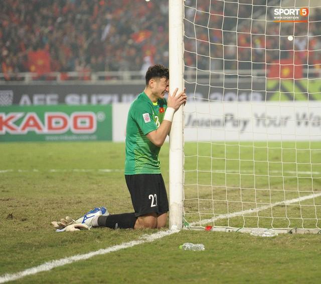 Bố của Lâm Tây tiết lộ lý do con trai ôm cột dọc khóc ngon lành khi vô địch AFF Cup 2018 - Ảnh 1.