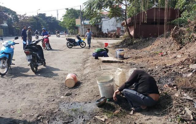 Vụ hàng nghìn lít dầu tràn ở Thanh Hóa: Dân làng đổ xô mang can ra hớt dầu - Ảnh 4.