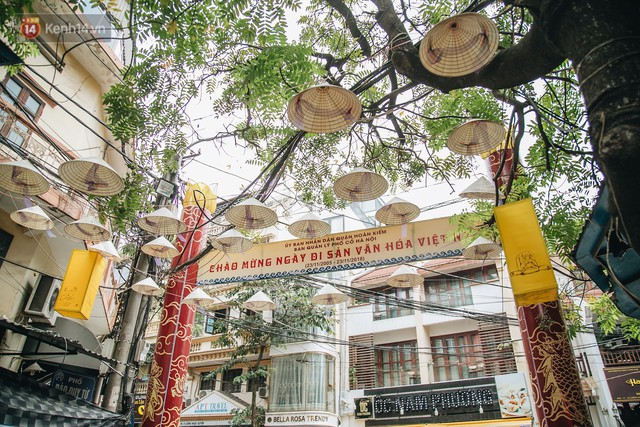 Sau con đường ô lãng mạn, Hà Nội xuất hiện Hội An thu nhỏ với 1.000 chiếc nón lá trên cao - Ảnh 1.
