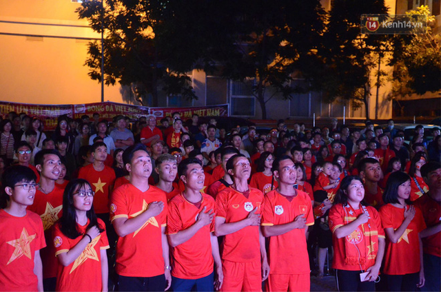 Người dân rộn ràng cờ hoa xuống phố, cháy hết mình cùng đội tuyển Việt Nam trong trận đấu với Philippines - Ảnh 2.
