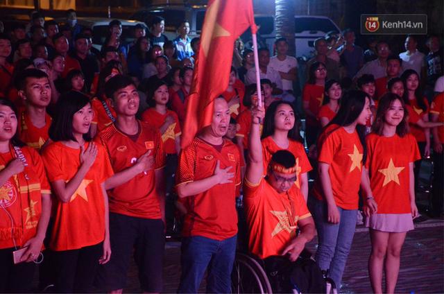 Người dân rộn ràng cờ hoa xuống phố, cháy hết mình cùng đội tuyển Việt Nam trong trận đấu với Philippines - Ảnh 3.