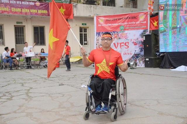 Người dân rộn ràng cờ hoa xuống phố, cháy hết mình cùng đội tuyển Việt Nam trong trận đấu với Philippines - Ảnh 17.