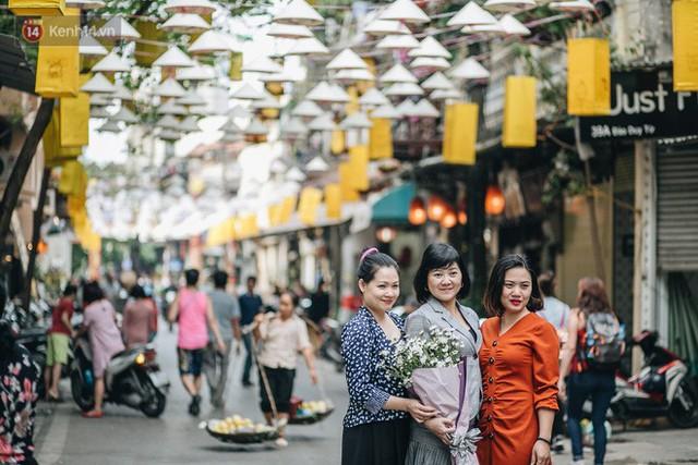 Sau con đường ô lãng mạn, Hà Nội xuất hiện Hội An thu nhỏ với 1.000 chiếc nón lá trên cao - Ảnh 11.