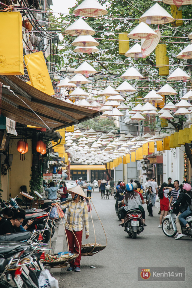 Sau con đường ô lãng mạn, Hà Nội xuất hiện Hội An thu nhỏ với 1.000 chiếc nón lá trên cao - Ảnh 15.