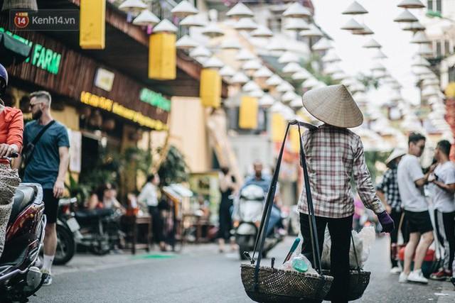 Sau con đường ô lãng mạn, Hà Nội xuất hiện Hội An thu nhỏ với 1.000 chiếc nón lá trên cao - Ảnh 16.