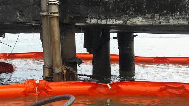 Cận cảnh vụ tàu chở dầu đâm cầu cảng, khiến dầu tràn ra biển - Ảnh 5.