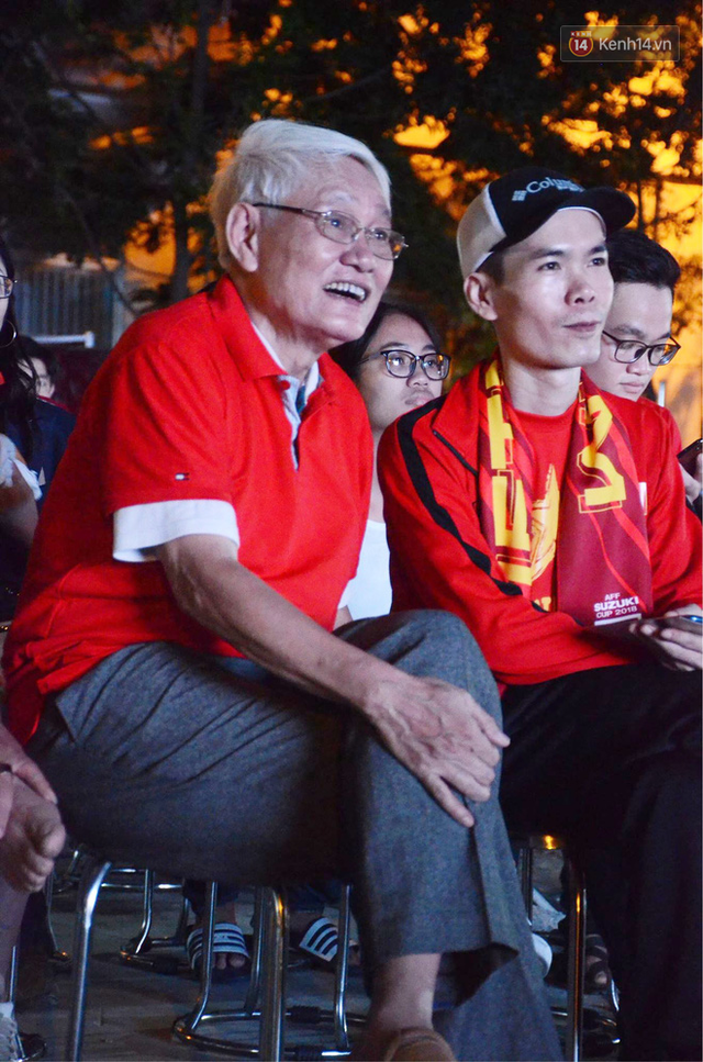 Người dân rộn ràng cờ hoa xuống phố, cháy hết mình cùng đội tuyển Việt Nam trong trận đấu với Philippines - Ảnh 4.
