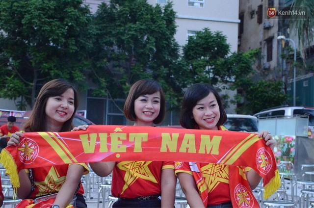 Người dân rộn ràng cờ hoa xuống phố, cháy hết mình cùng đội tuyển Việt Nam trong trận đấu với Philippines - Ảnh 18.