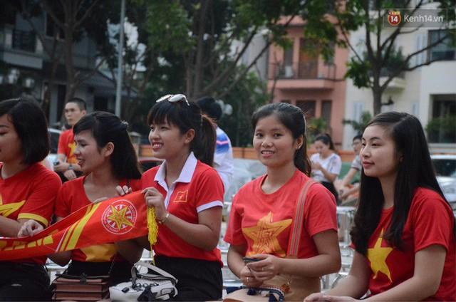 Người dân rộn ràng cờ hoa xuống phố, cháy hết mình cùng đội tuyển Việt Nam trong trận đấu với Philippines - Ảnh 19.