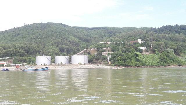 Cận cảnh vụ tàu chở dầu đâm cầu cảng, khiến dầu tràn ra biển - Ảnh 7.