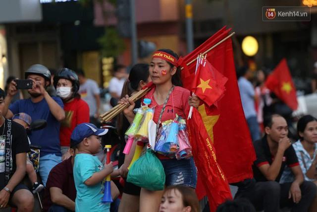 Người dân rộn ràng cờ hoa xuống phố, cháy hết mình cùng đội tuyển Việt Nam trong trận đấu với Philippines - Ảnh 14.