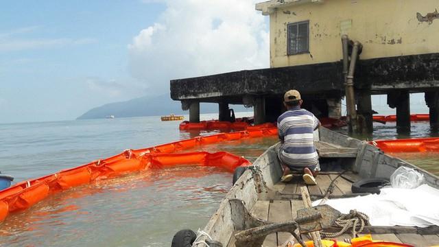 Cận cảnh vụ tàu chở dầu đâm cầu cảng, khiến dầu tràn ra biển - Ảnh 8.