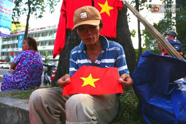 Người dân rộn ràng cờ hoa xuống phố, cháy hết mình cùng đội tuyển Việt Nam trong trận đấu với Philippines - Ảnh 21.