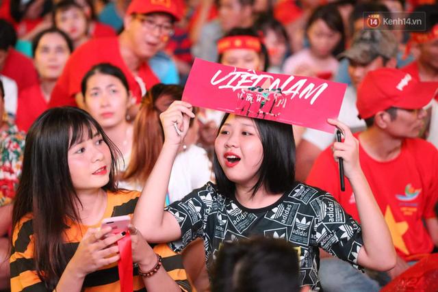 Người dân rộn ràng cờ hoa xuống phố, cháy hết mình cùng đội tuyển Việt Nam trong trận đấu với Philippines - Ảnh 7.