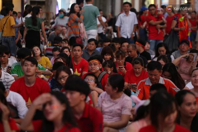 Người dân rộn ràng cờ hoa xuống phố, cháy hết mình cùng đội tuyển Việt Nam trong trận đấu với Philippines - Ảnh 8.