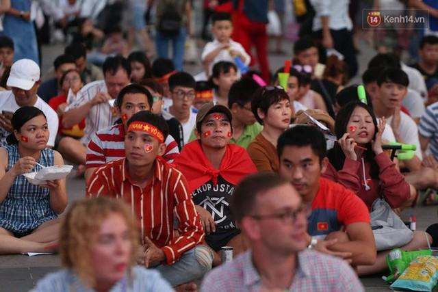 Người dân rộn ràng cờ hoa xuống phố, cháy hết mình cùng đội tuyển Việt Nam trong trận đấu với Philippines - Ảnh 9.