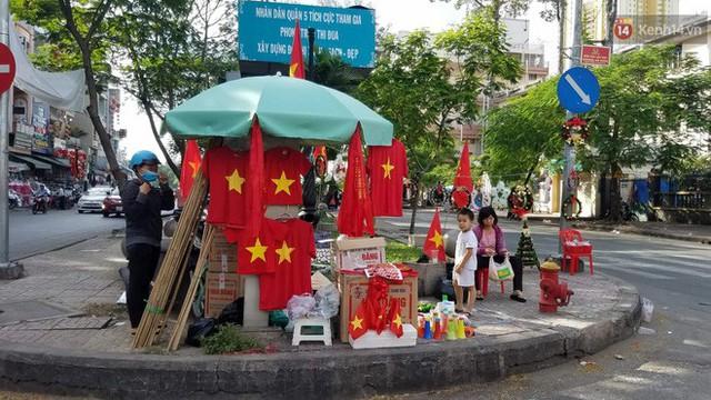 Người dân rộn ràng cờ hoa xuống phố, cháy hết mình cùng đội tuyển Việt Nam trong trận đấu với Philippines - Ảnh 25.