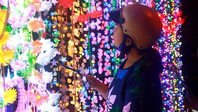 Chợ đồ Giáng sinh lớn nhất TP.HCM nhộn nhịp suốt đêm  - Ảnh 3.