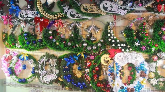 Chợ đồ Giáng sinh lớn nhất TP.HCM nhộn nhịp suốt đêm  - Ảnh 8.