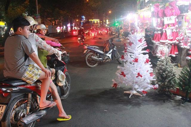 Chợ đồ Giáng sinh lớn nhất TP.HCM nhộn nhịp suốt đêm  - Ảnh 9.
