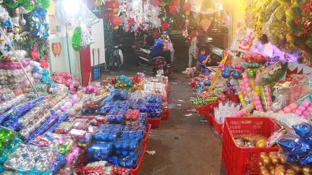 Chợ đồ Giáng sinh lớn nhất TP.HCM nhộn nhịp suốt đêm  - Ảnh 10.