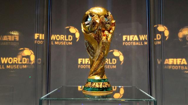 Choáng trước cân nặng của chiếc cúp Asian Cup 2019 - giải đấu ĐT Việt Nam sắp tham dự chỉ sau ít ngày nữa - Ảnh 4.