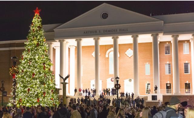 Choáng ngợp khung cảnh Noel ở các trường ĐH: Con nhà giàu sướng thật, đón Giáng sinh cũng chảnh hơn người! - Ảnh 2.