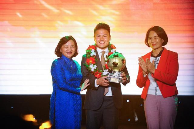Quang Hải chia sẻ điều ước giản đơn sau khi giành Quả bóng vàng Việt Nam 2018 - Ảnh 1.