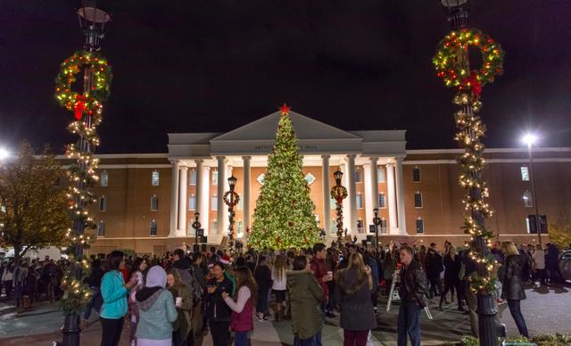 Choáng ngợp khung cảnh Noel ở các trường ĐH: Con nhà giàu sướng thật, đón Giáng sinh cũng chảnh hơn người! - Ảnh 6.