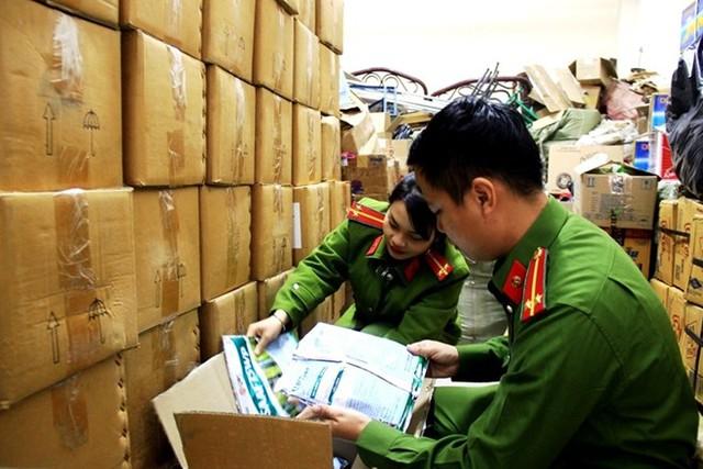 4 tấn thuốc bảo vệ thực vật hết date được sửa ngày đem bán - Ảnh 1.