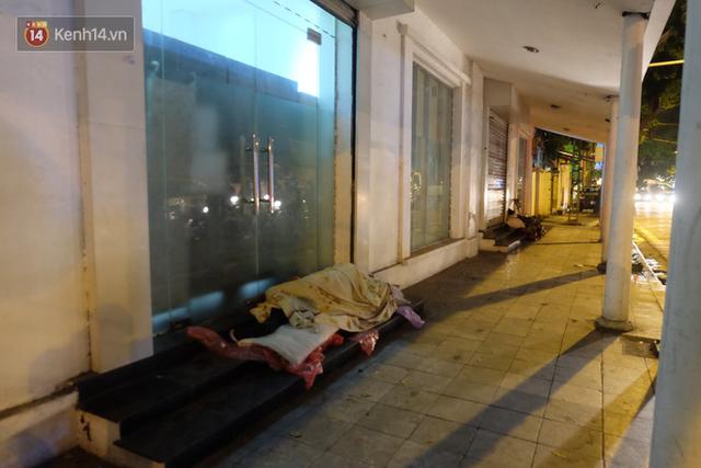 Xót xa cảnh người vô gia cư trùm chăn ngủ vỉa hè trong cái lạnh thấu xương giữa đêm đông Hà Nội - Ảnh 4.