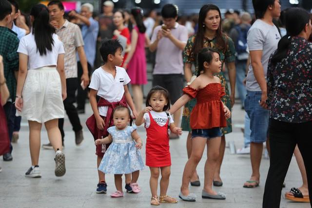 Hàng vạn người đổ về phố đi bộ Nguyễn Huệ đón năm mới - Ảnh 1.