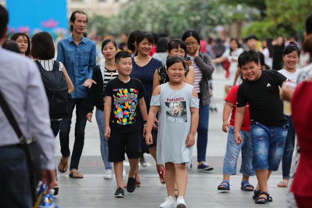 Hàng vạn người đổ về phố đi bộ Nguyễn Huệ đón năm mới - Ảnh 2.