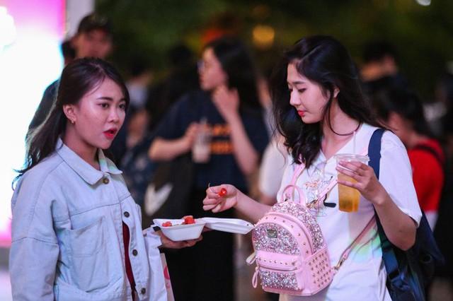 Hàng vạn người đổ về phố đi bộ Nguyễn Huệ đón năm mới - Ảnh 12.