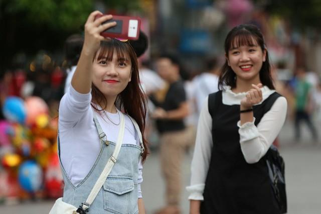 Hàng vạn người đổ về phố đi bộ Nguyễn Huệ đón năm mới - Ảnh 3.