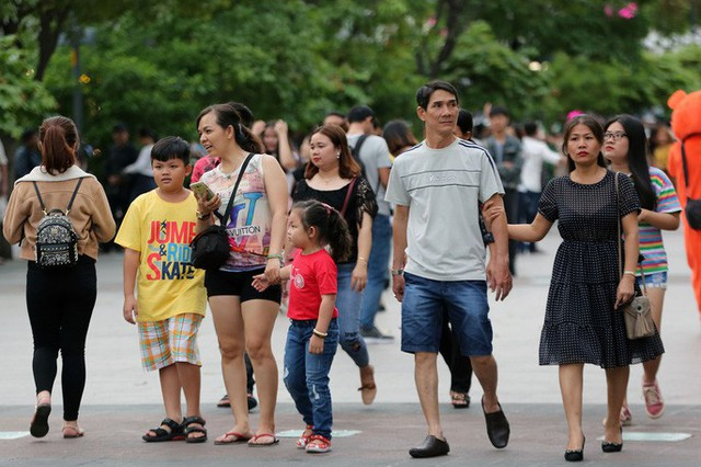 Hàng vạn người đổ về phố đi bộ Nguyễn Huệ đón năm mới - Ảnh 4.