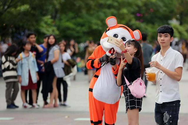 Hàng vạn người đổ về phố đi bộ Nguyễn Huệ đón năm mới - Ảnh 5.