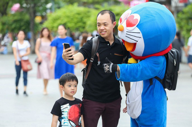 Hàng vạn người đổ về phố đi bộ Nguyễn Huệ đón năm mới - Ảnh 6.