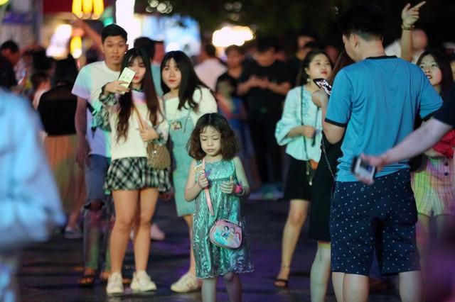 Hàng vạn người đổ về phố đi bộ Nguyễn Huệ đón năm mới - Ảnh 10.