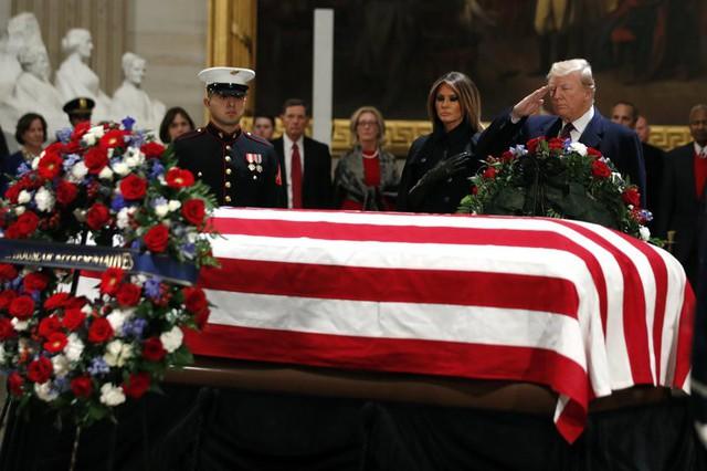 Lý do ông Trump từ chối đọc điếu văn ở tang lễ cố Tổng thống George H.W. Bush - Ảnh 1.