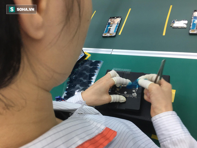 Clip: Robot lắp ráp điện thoại trong nhà máy của VSmart - Ảnh 3.