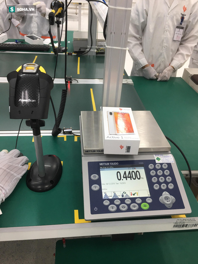 Clip: Robot lắp ráp điện thoại trong nhà máy của VSmart - Ảnh 6.