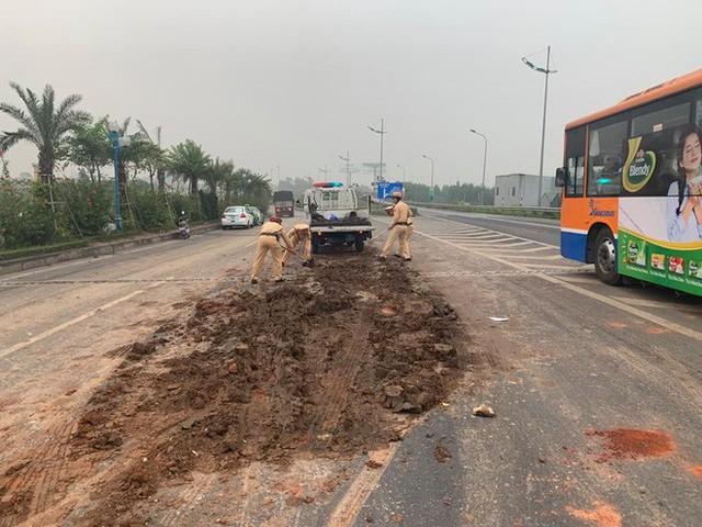 Hà Nội: CSGT xúc đất đổ vương vãi khắp mặt đường lên xe chuyên dụng sau tai nạn liên hoàn - Ảnh 1.