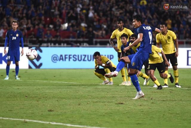 Cầu thủ Thái Lan suy sụp, gục khóc nức nở sau thất bại đau đớn trước Malaysia - Ảnh 4.